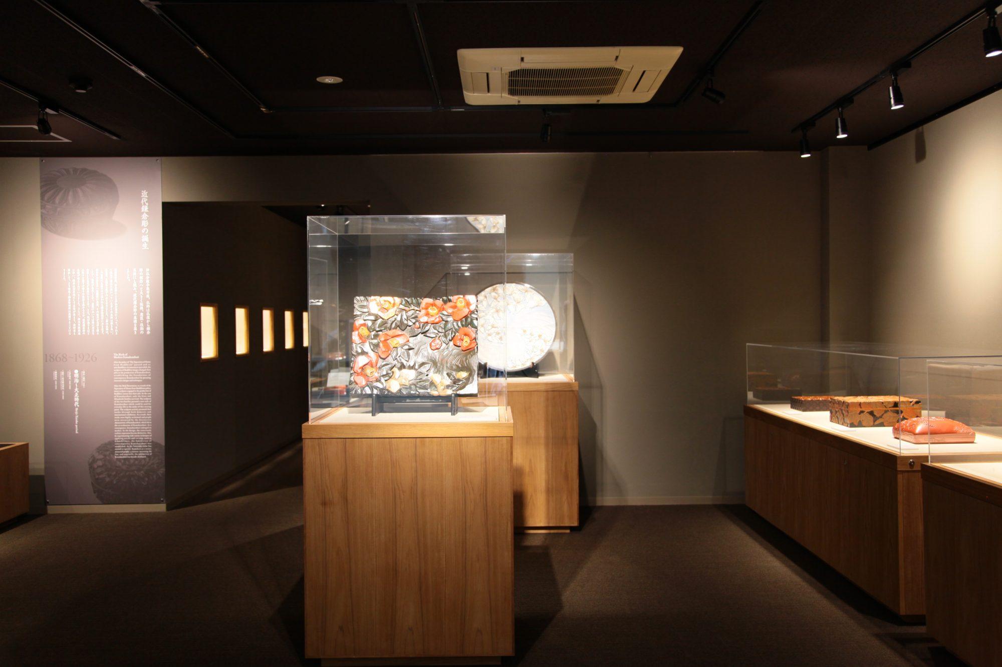 「鎌倉彫」を飾る、オリジナル展示什器。